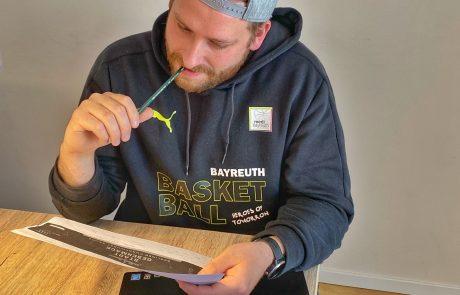 StadtGeschmack Gründer Kevin Schneider beim überprüfen der Etiketten